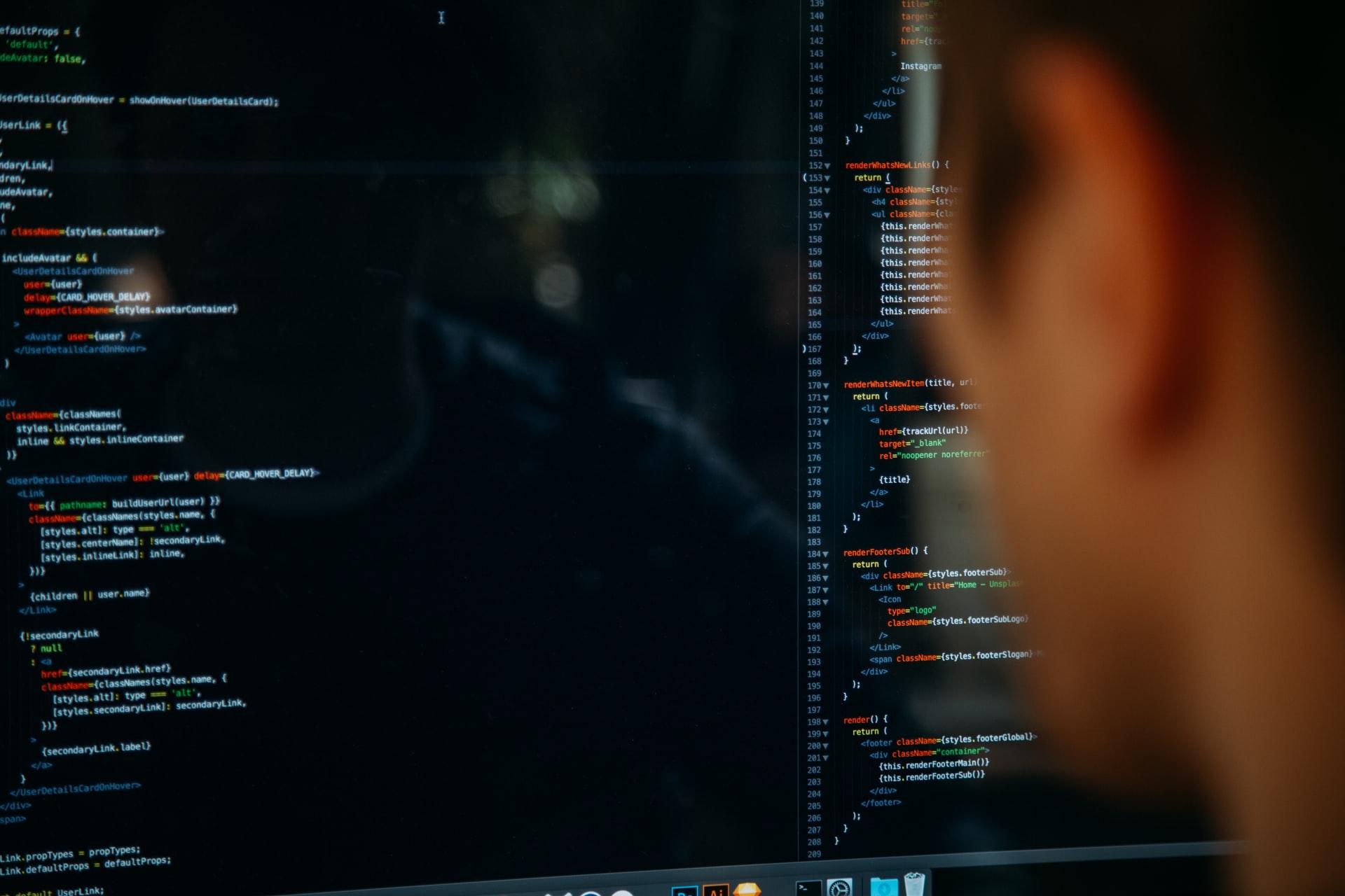 Homem olha dados em tela de computador para tomar decisões