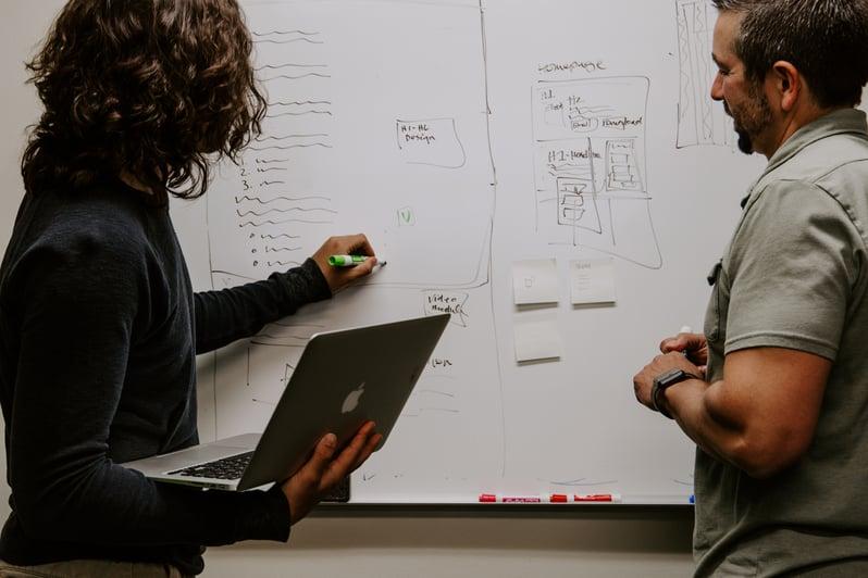 profissionais em equipe analisando informações kaleidico