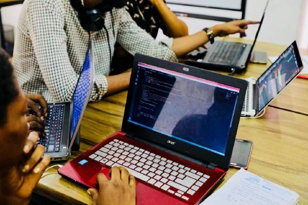 equipe trabalhando junta em produto digital