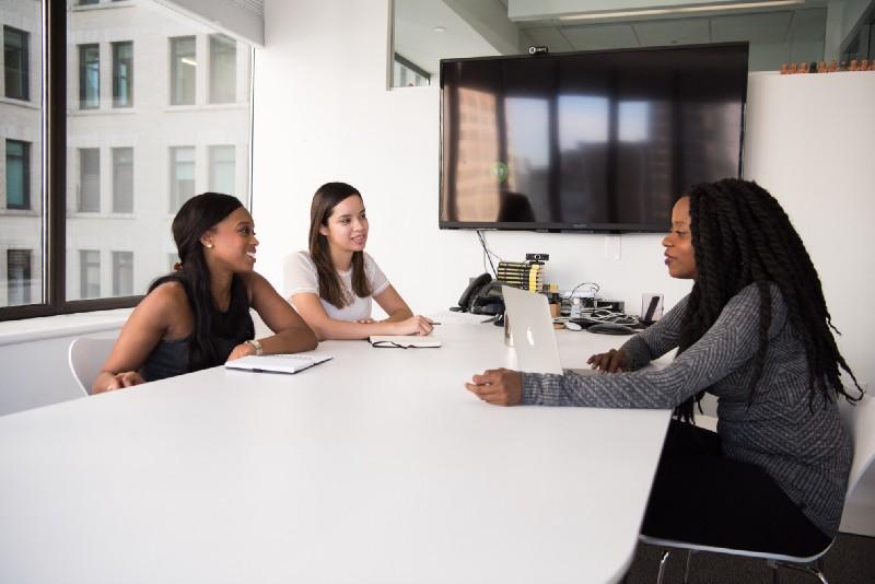 três mulheres à mesa em uma entrevista