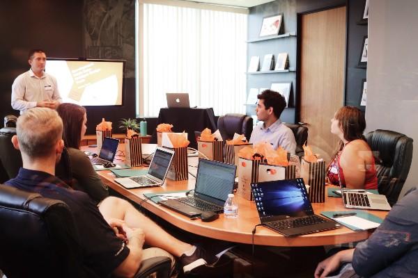 equipe de produto digital reunida em volta de mesa