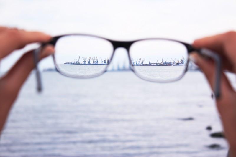 pessoa segura óculos para ver melhor