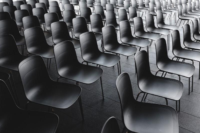 cadeiras vazias em auditório